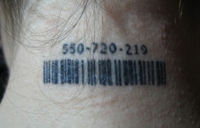 Codice a barre tatuato sulla nuca
